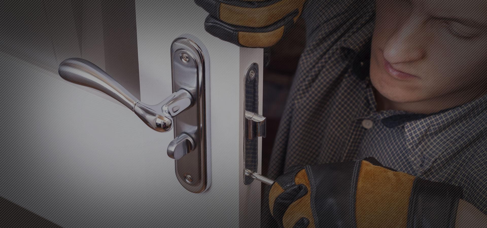 locksmith fixing lock